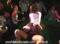 Дамы трясут попками на дискотеке