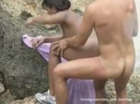 Трахает девушку на камнях