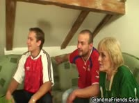 После футбола дали член бабульке в рот