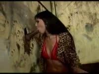 Негр трахает в анал девку в грязном помещении