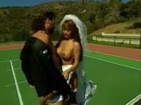 Мужик трахнул невесту на тенесном корте