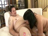 Брюнетка трахается с толстым мужиком