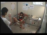 Японскую девушку привязали к унитазу