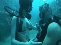 Парень с девушкой занимаются сексом под водой