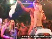 Голые парни танцуют перед девушками