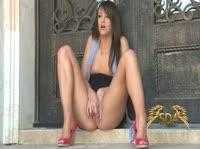 Девушка дрочит киску на пороге дома